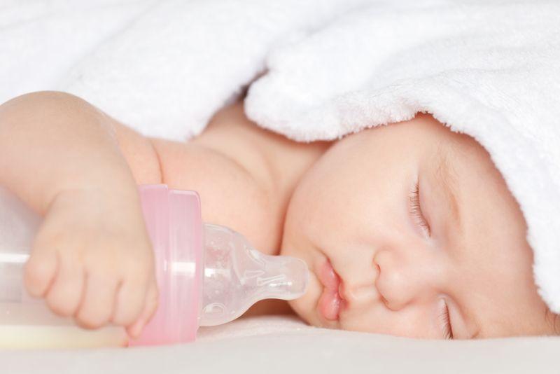 Bebé con biberón